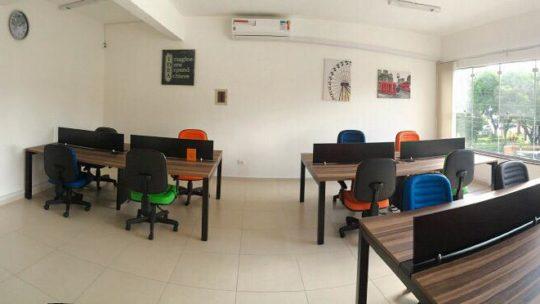 Estação de trabalho com mesa espaçosa, cadeira ergonômica, internet, recepção, água e café